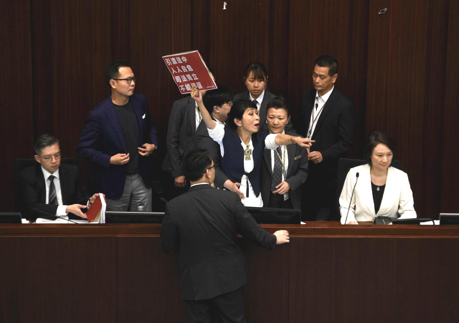 毛孟靜一度走上主席台