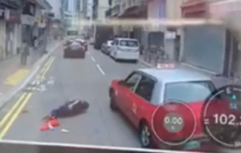的士撞倒老婦。網上截圖