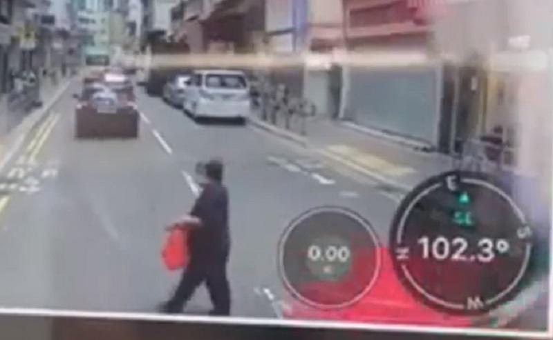 老婦橫過馬路。網上截圖