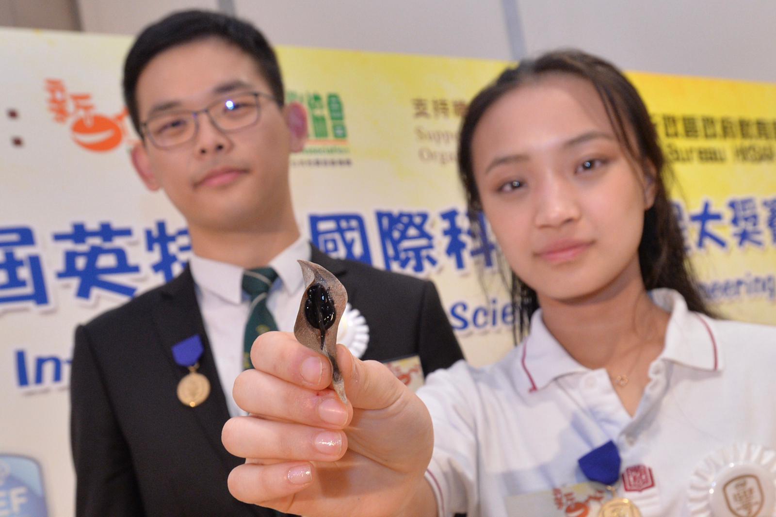 楊沐華(左)及葉若言發現新入侵物種「新幾內亞扁平蟲」獲得動物組别的三等獎及Sigma Xi科學研究學會優異獎。