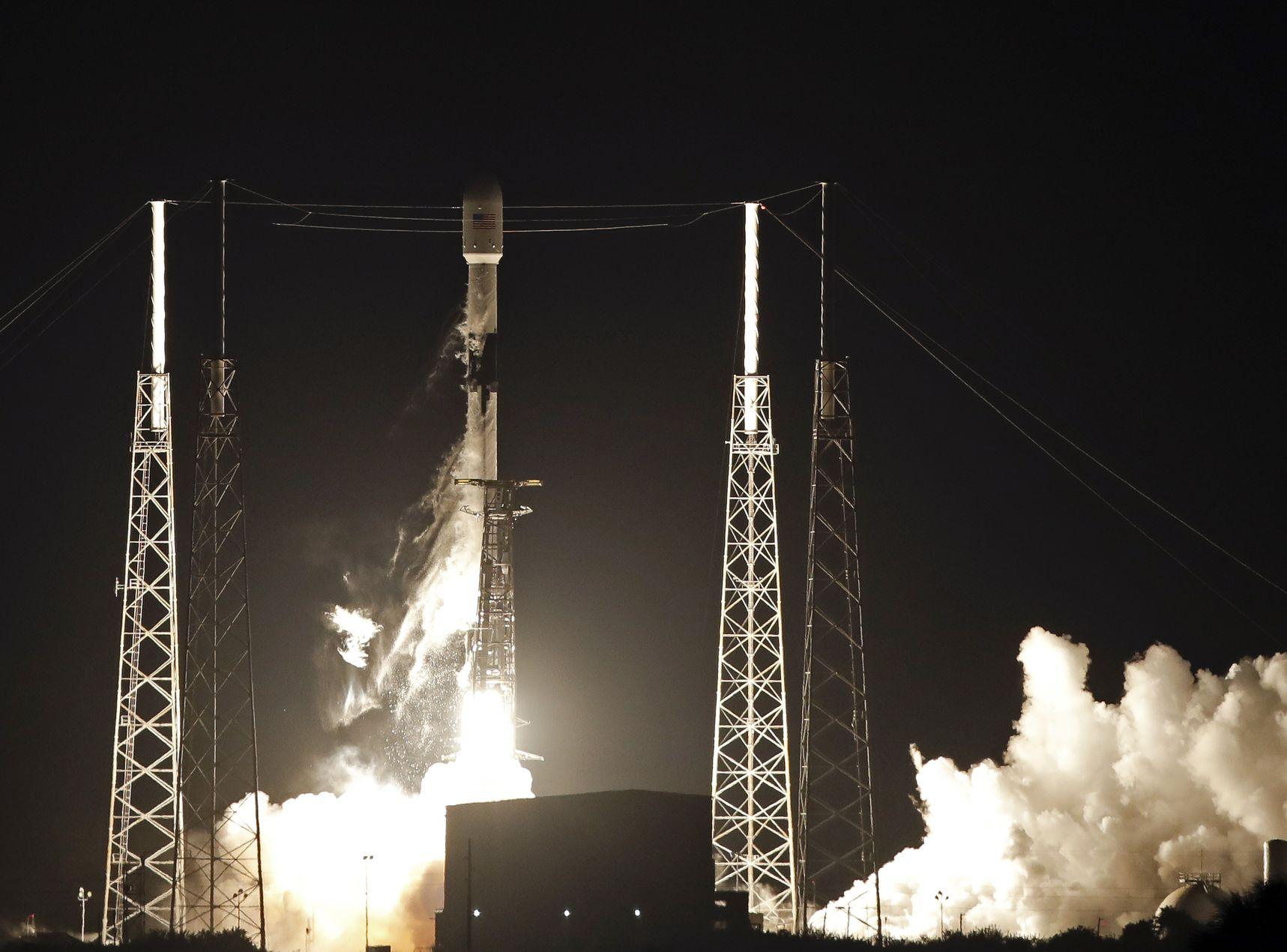 SpaceX发射一枚「猎鹰9号」火箭,并将60颗卫星送入太空。
