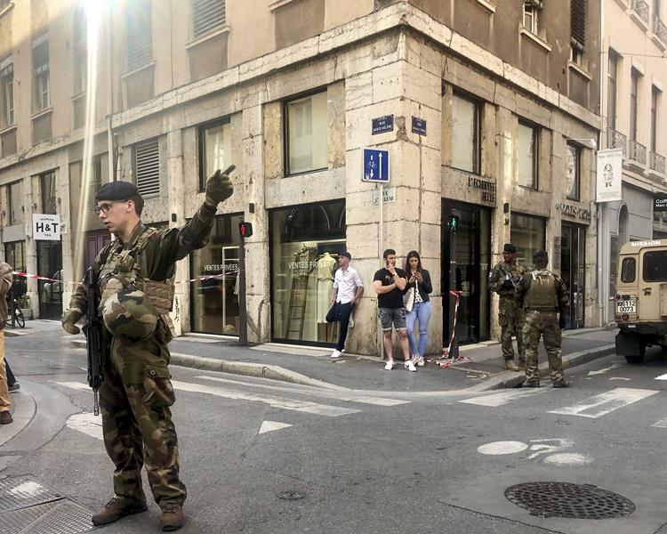 軍警將現場封鎖。AP