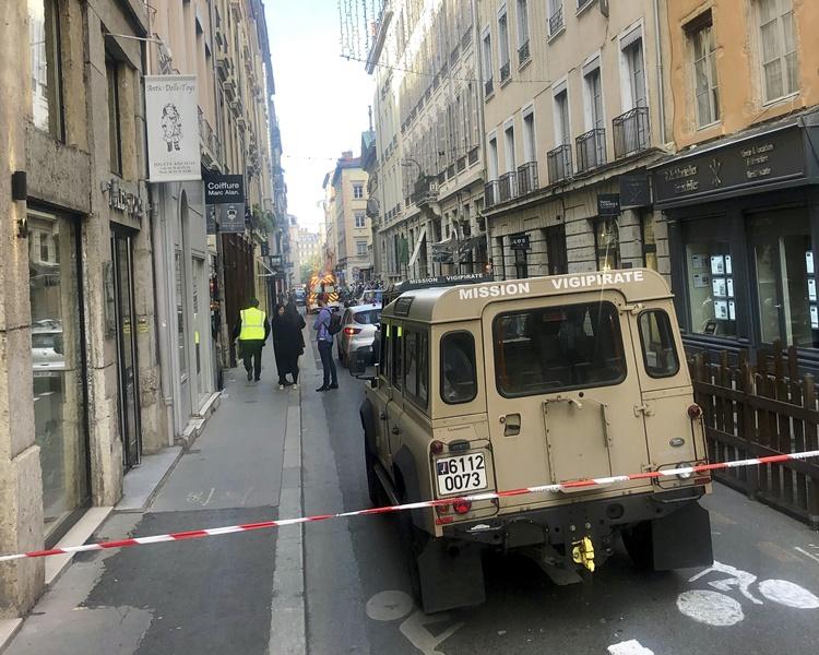 反恐部門也派出人員到場蒐集證據。AP
