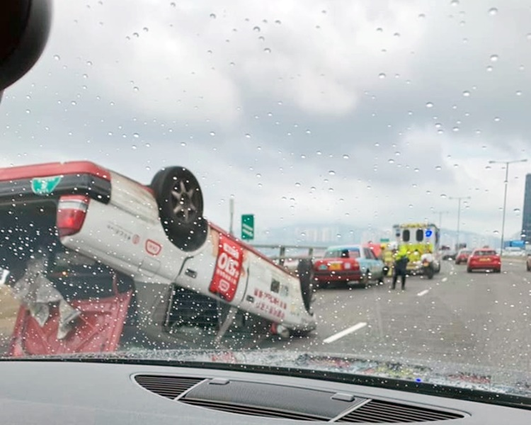 意外中的士四輪朝天。fb香港突發事故報料區Wan Chan圖片