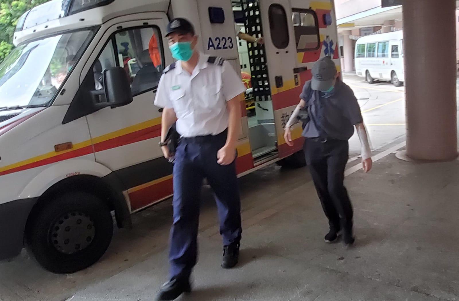 女职员双手受伤,送院治理。