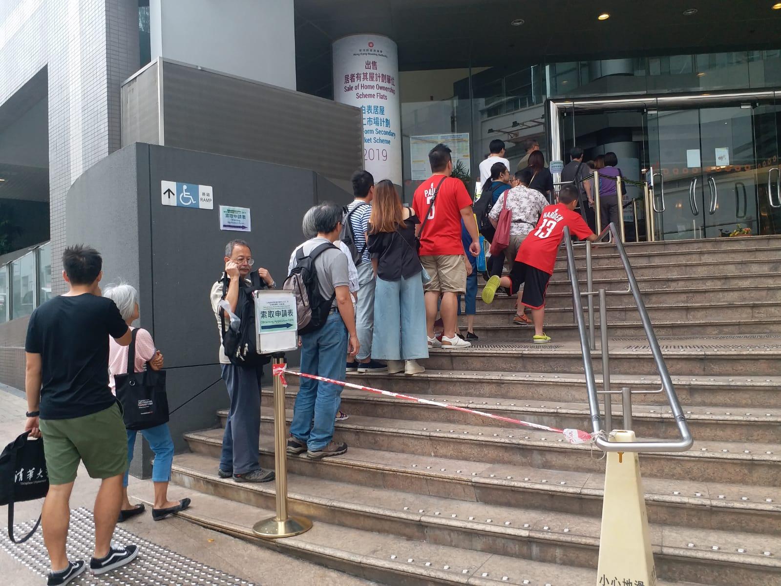 下午2时,排队等候表格的市民多达约50人。