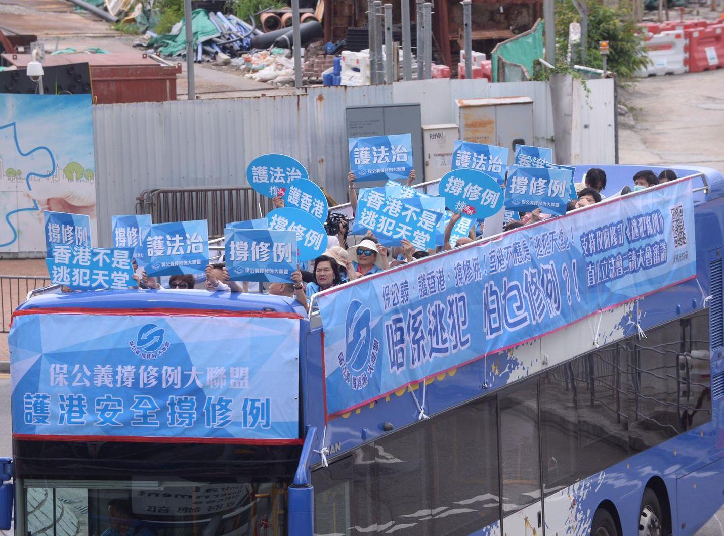 「保公義撐修例大聯盟」出動一輛開篷巴士,作為流動街站。