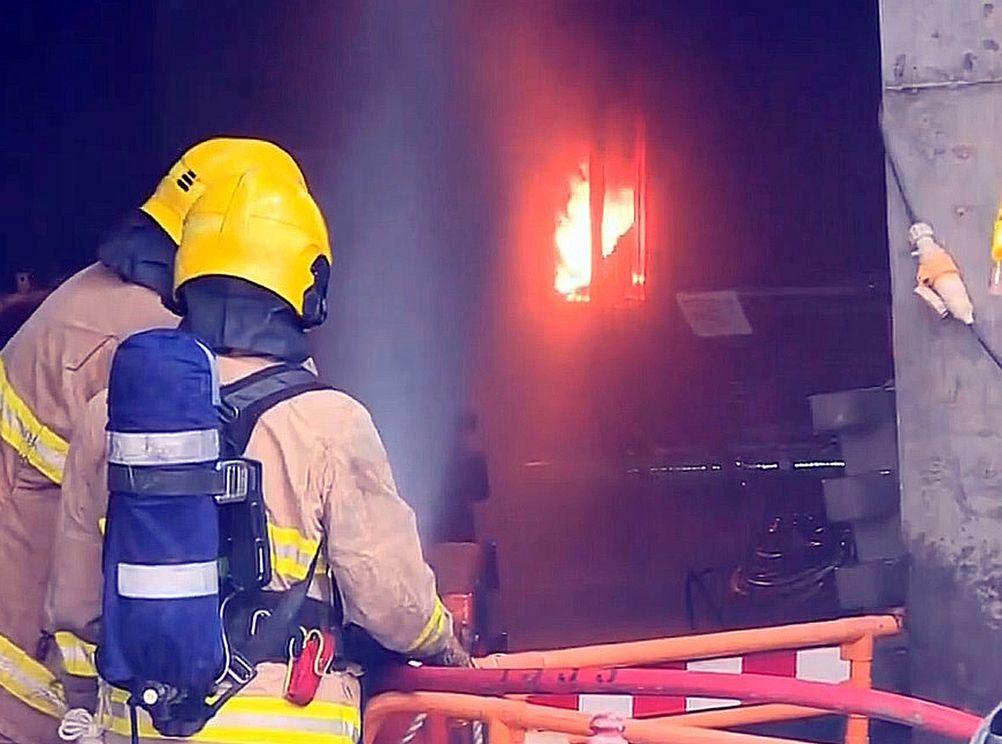 消防员其后继续在起火範围射水降温。
