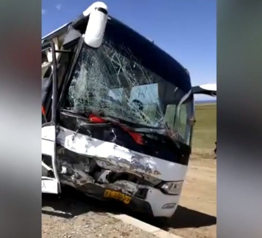 旅遊巴擋風玻璃破裂。網圖