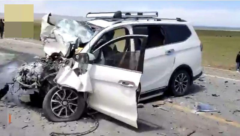 SUV休旅車車頭受損嚴重。網圖