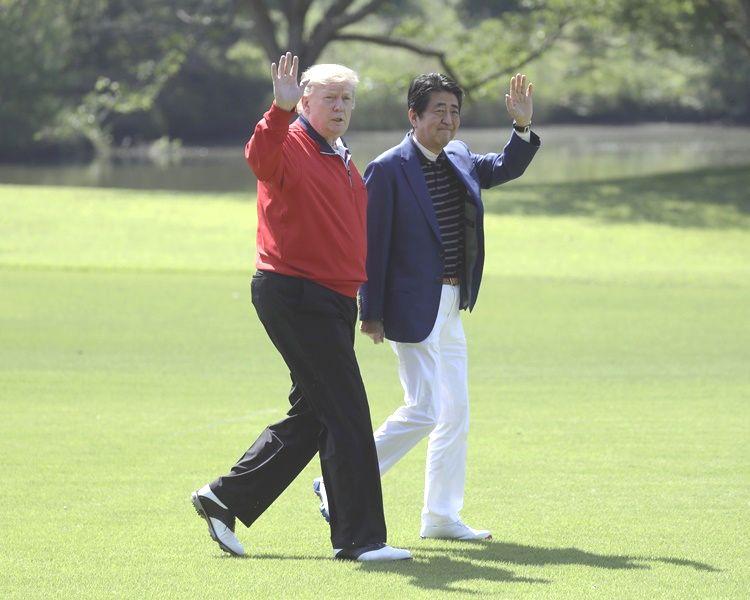 特朗普到千葉縣的高爾夫球場與安倍晉三打高爾夫球。AP