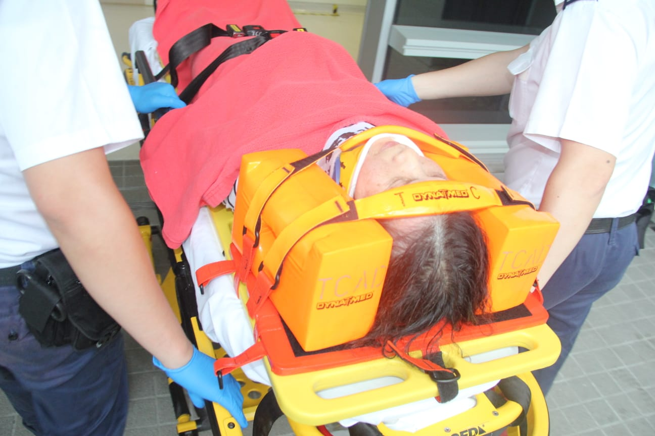 有傷者由擔架送院。