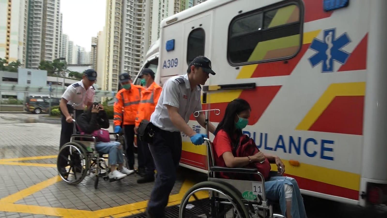 有傷者坐輪椅送院。