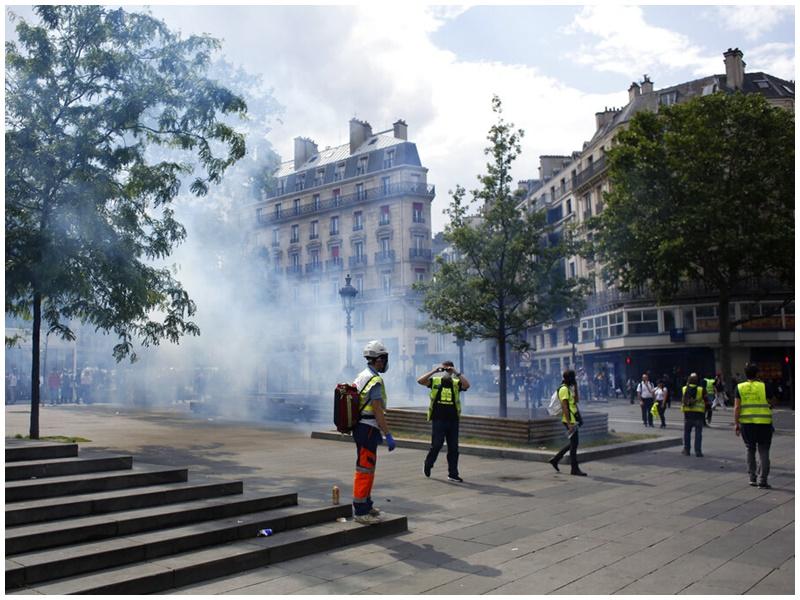 巴黎共和国广场爆发冲突。
