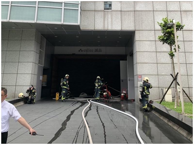 消防到場後,書店人員已自行撲滅火勢。網圖