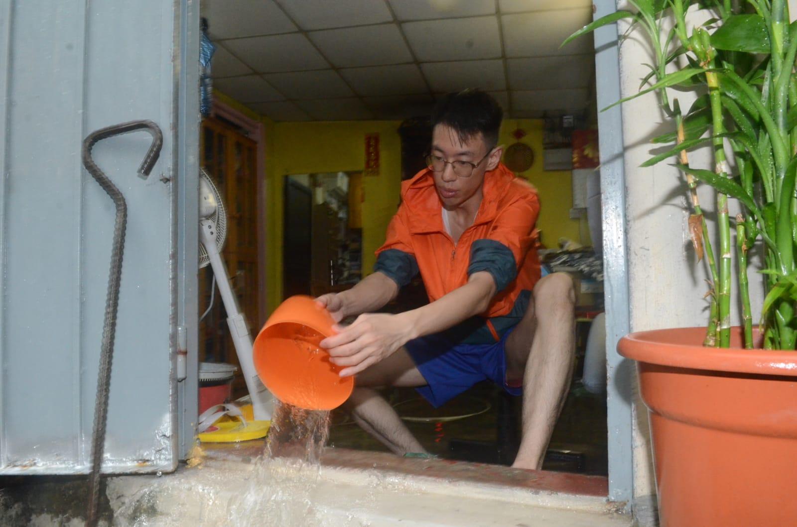 村民清理積水。
