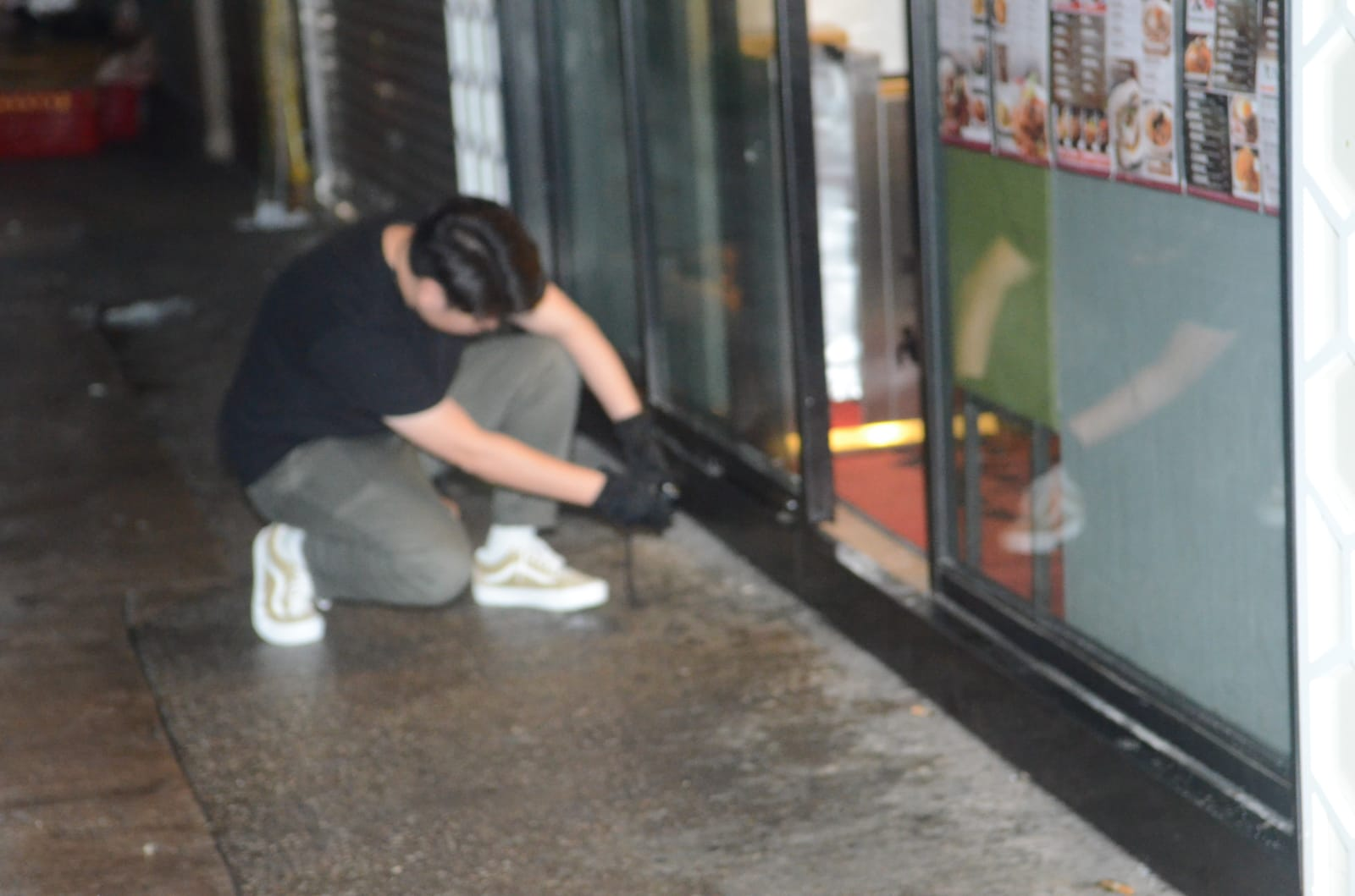 茶餐廳玻璃門鎖被撬毀。