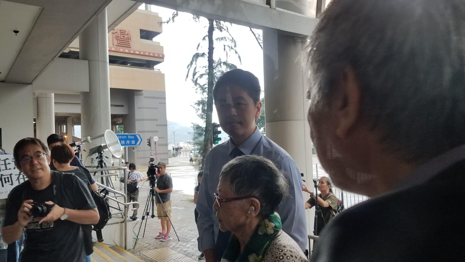 許智峯抵達東區裁判法院。陳楚琨攝