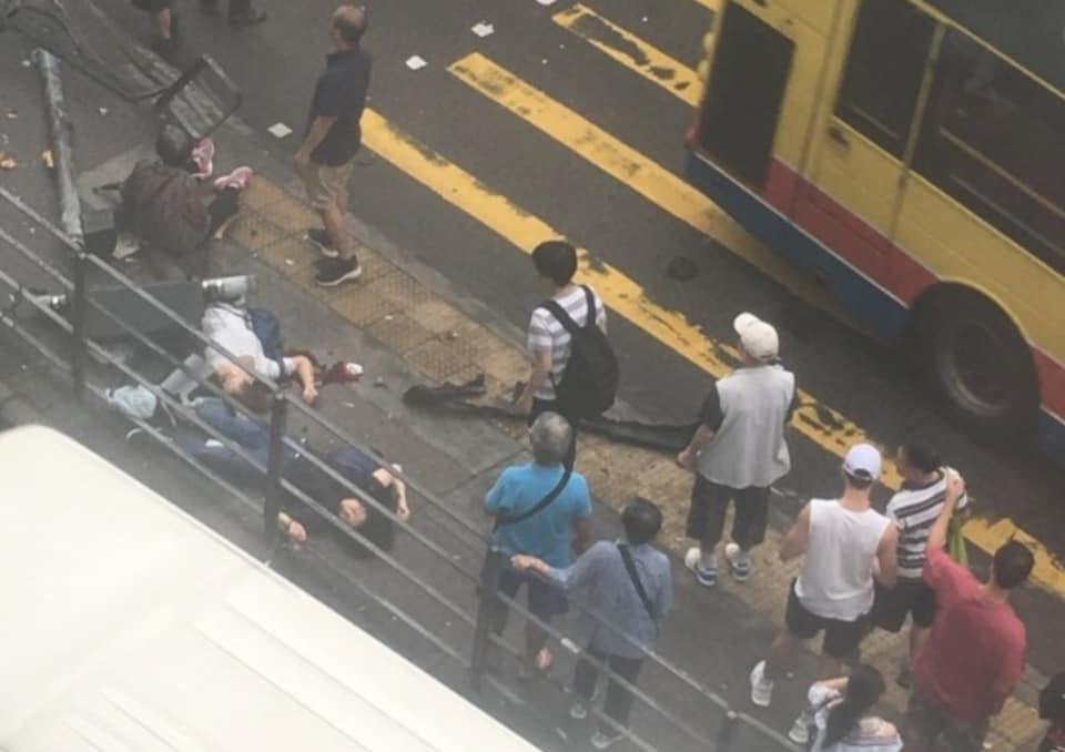 兩人疑似倒地昏迷,另有一名老婦坐於路旁等候救援。小心駕駛(討論別人駕駛態度)FB/網民鍾一鋒圖