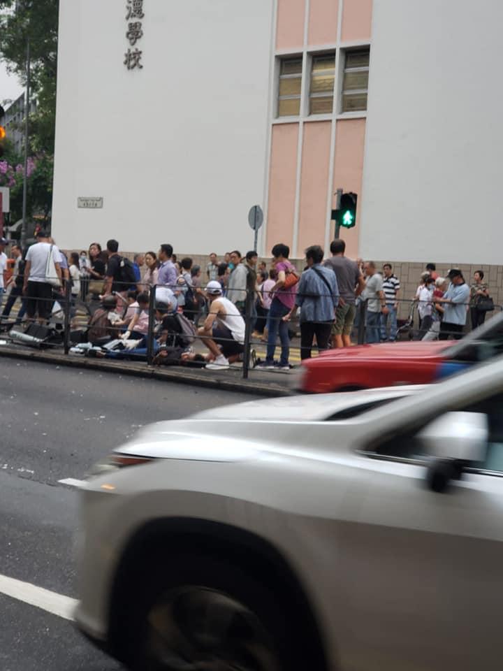 傷者倒臥安全島。 馬路的事討論區fb/網民莫振雄圖