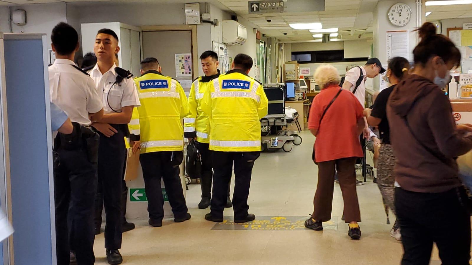 警員到醫院調查。 歐陽偉光攝
