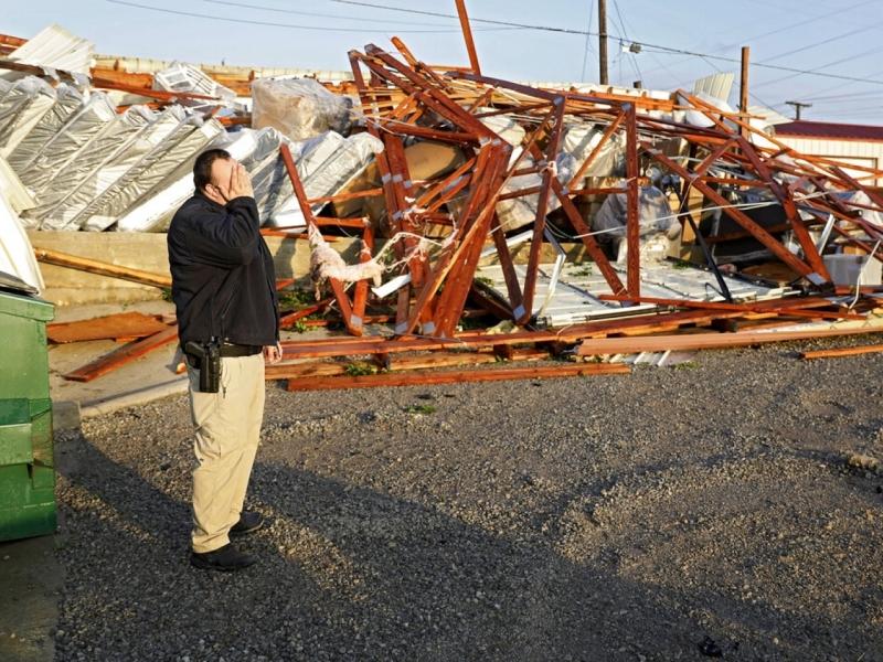 龍捲風摧毀當地的建築物。AP