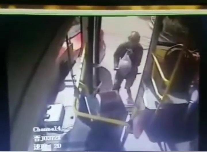 涉事乘客拿着一個大西瓜跑上巴士。(網圖)