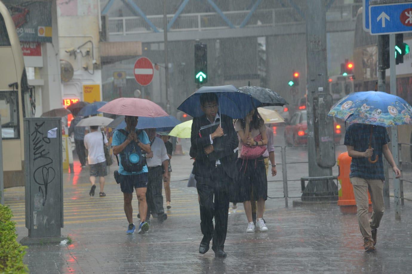 一道低壓槽正為廣東沿岸地區帶來驟雨及雷暴。