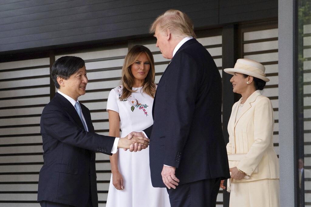 特朗普見日本天皇德仁時握手。AP圖片