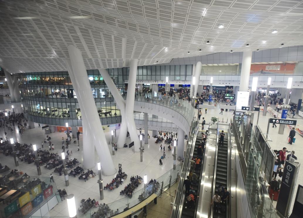 高铁香港西九龙站是不少旅客出入境必经之地,但其透明细圆点玻璃围栏的设计,增加女士走光风险。