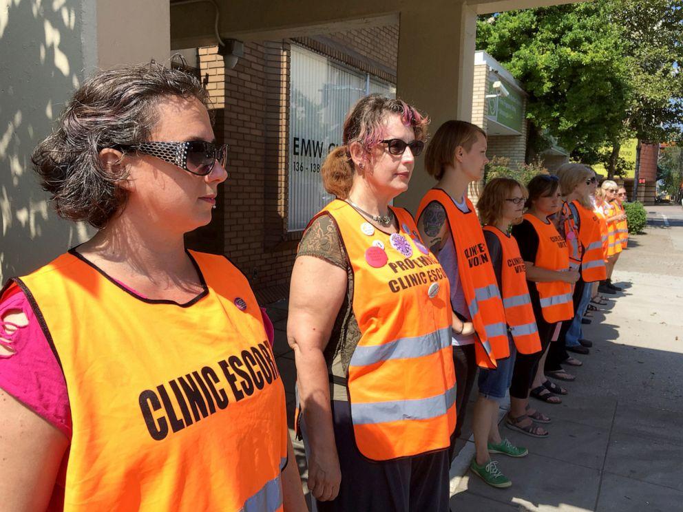 美國肯塔基州有支持墮胎權利義工組成護送團隊。AP圖片