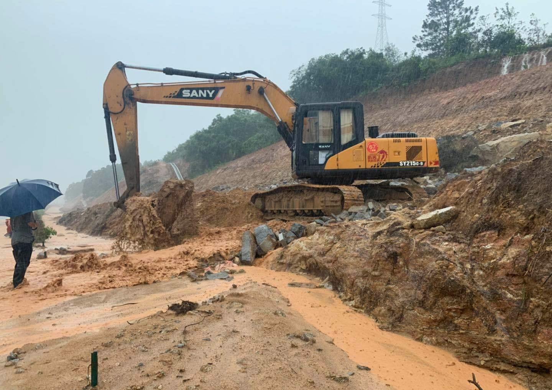 瀋海高速公路向湛江方向,山坡發生山泥傾瀉。網上圖片
