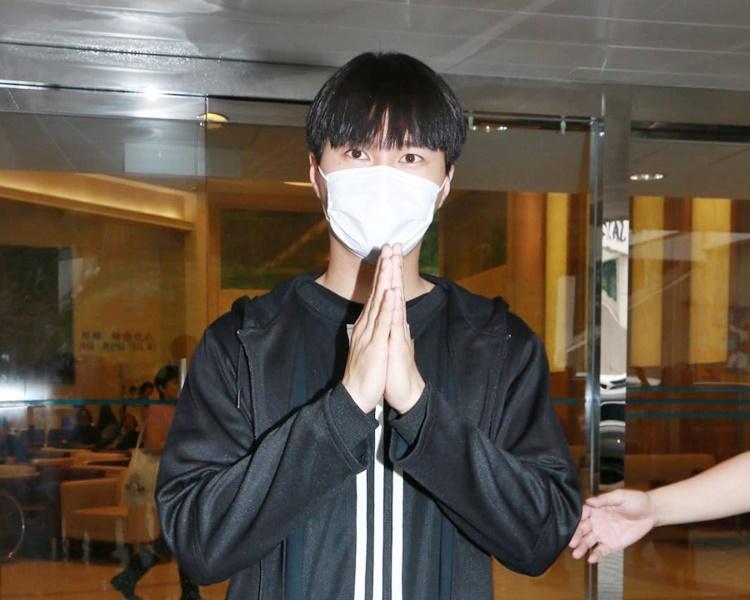 胡鴻鈞今日出院,身黑色運動服戴上口罩。