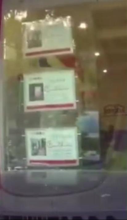 私家車直衝向商店玻璃門。網上圖片