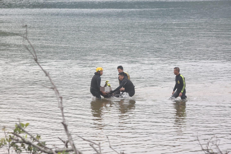 消防撈起一具男性屍體,初步證實為失蹤的姓詹男子。