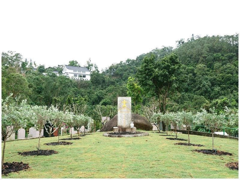 144個靈位分佈於12棵橄欖樹下,象徵信徒可永永遠遠倚靠上帝的慈愛。