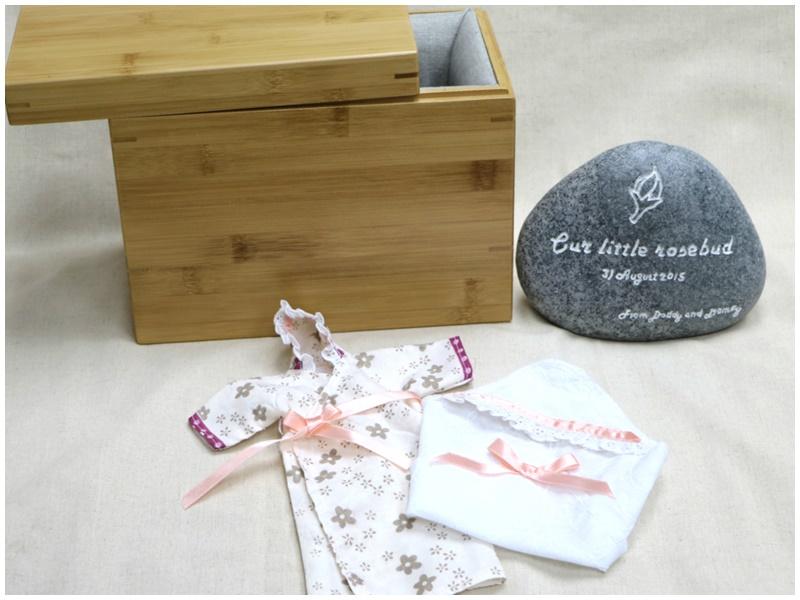 供存放胎兒遺骸的可分解竹製容器、供流產胎穿用之天使袍及紀念卵石碑。