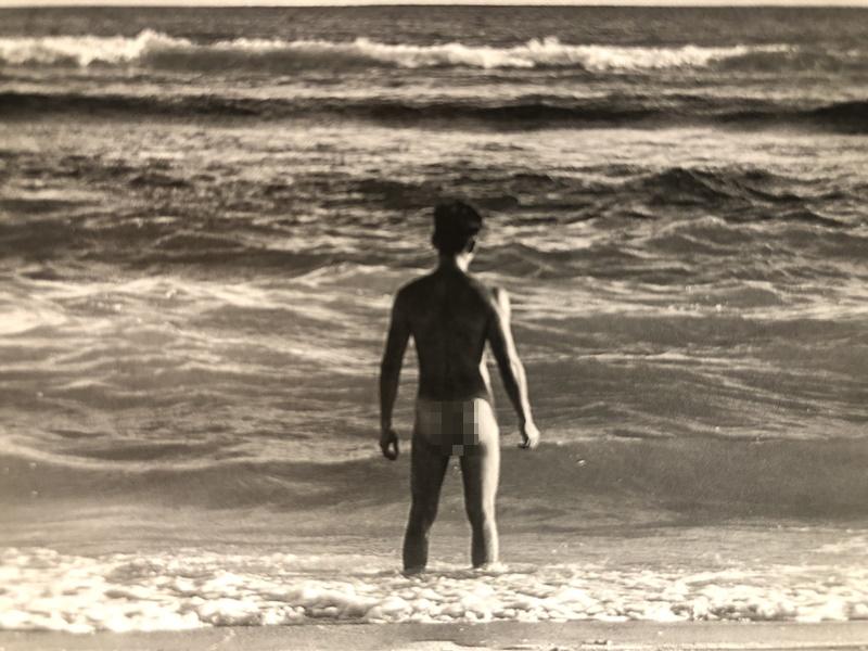 袁偉豪去年出的相集,有背部全裸露股照片。資料圖片