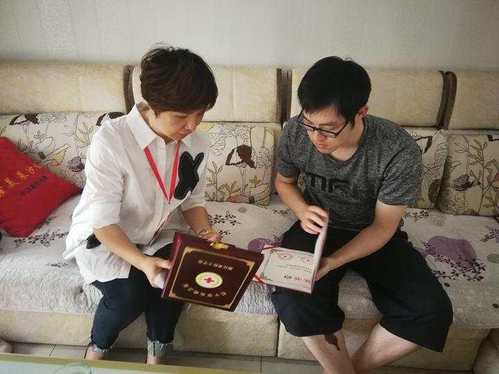 湖州市紅十字會將中國人體器官捐獻榮譽證書交給小毛豆的爸爸。網上圖片