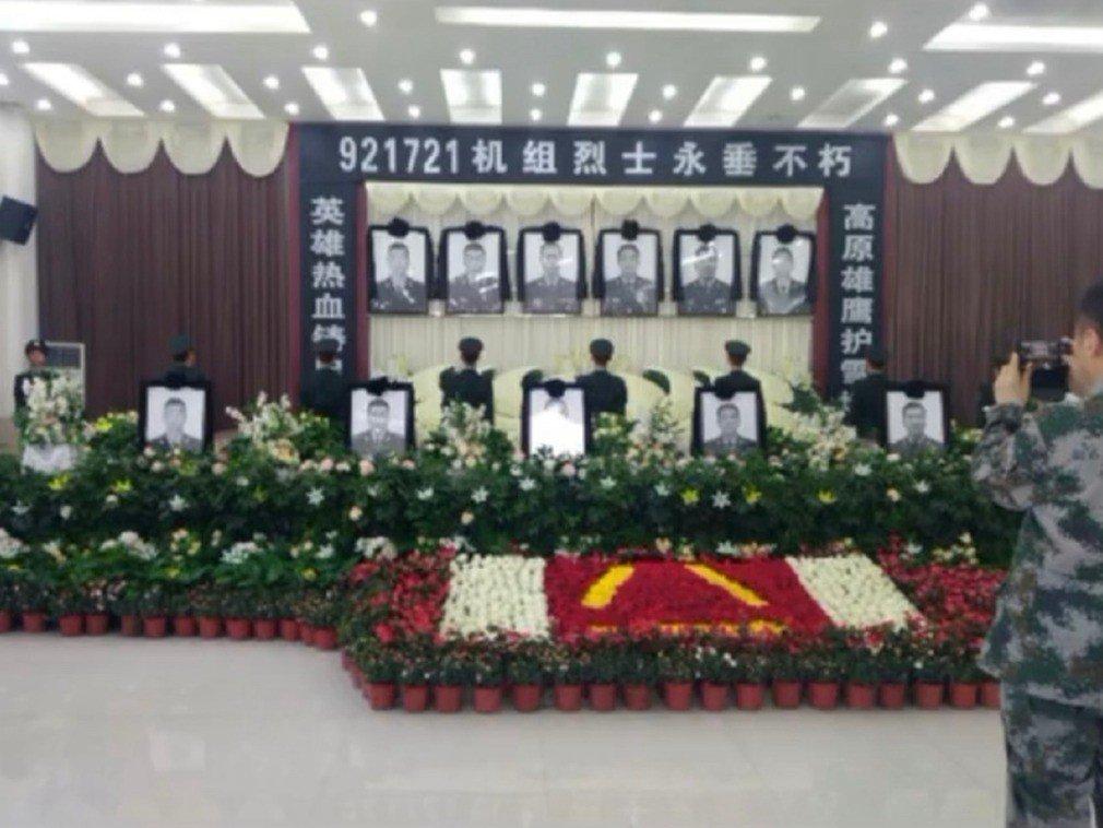 內地互聯網流傳一張靈堂照片,靈堂正中懸掛有6名軍人的遺像。網上圖片
