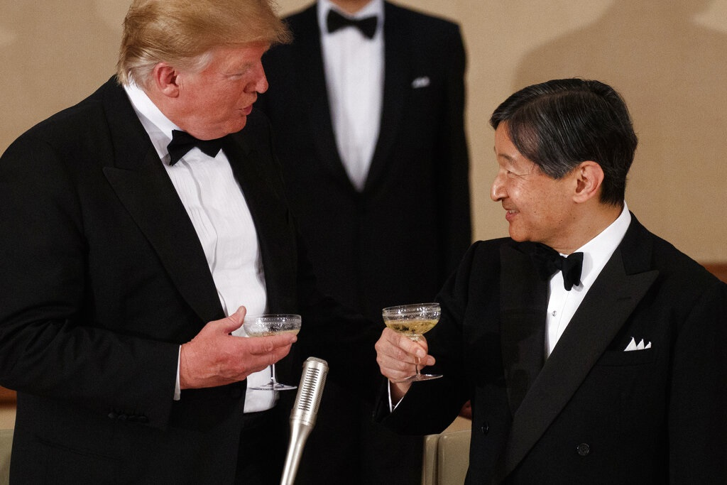 德仁與特朗普交談。AP