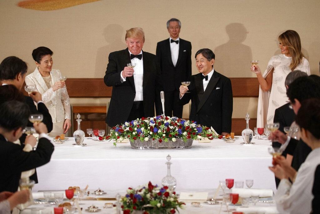 日本天皇德仁宫中盛宴款待美国总统特朗普伉俪。