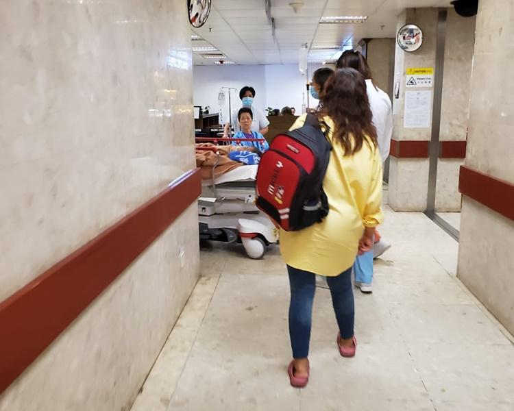 女童在母亲陪同下送院。梁国峰摄