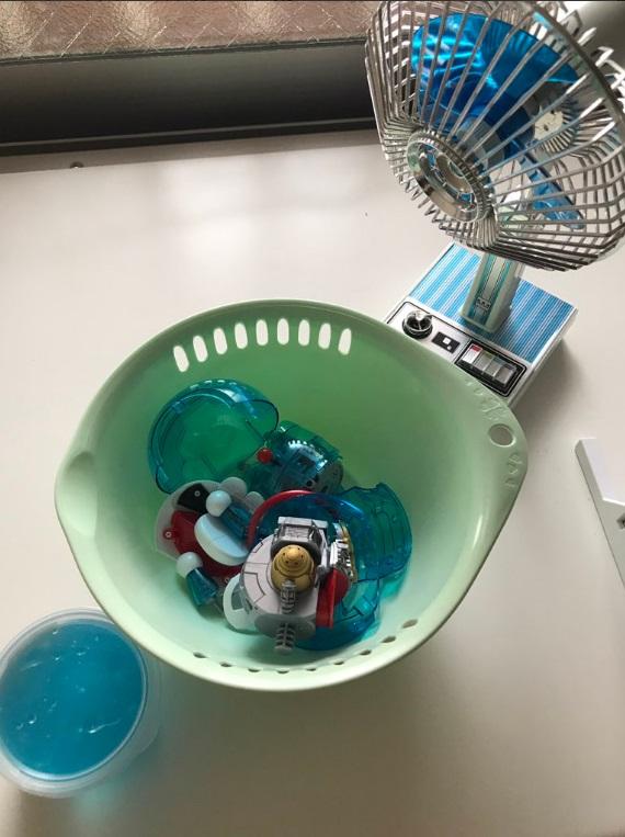 原来「融化」的部分是用蓝色的黏液製成。网民「taco_handmade」图片
