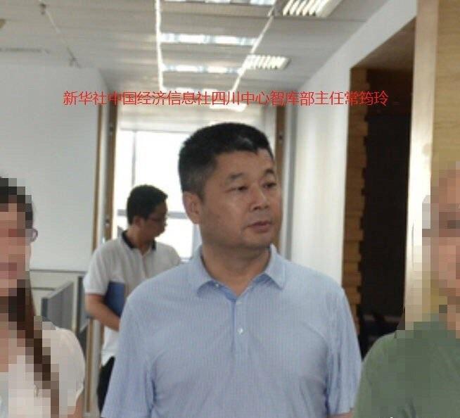 偷拍的男子為中國經濟信息社四川中心智庫部主任。網上圖片