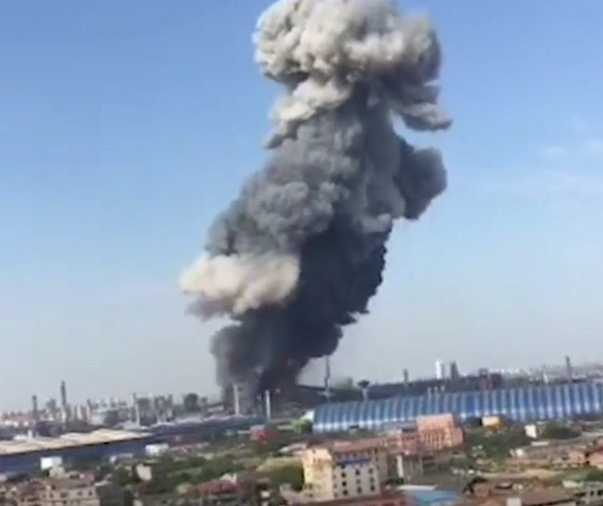 煉鋼廠高爐爆炸冒蘑菇雲。網上圖片