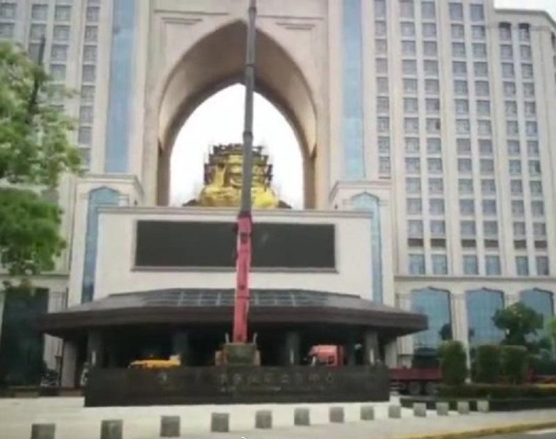 江蘇鹽城權健集團華東總部主建築中間的雙面佛佛頭被拆除。網上圖片
