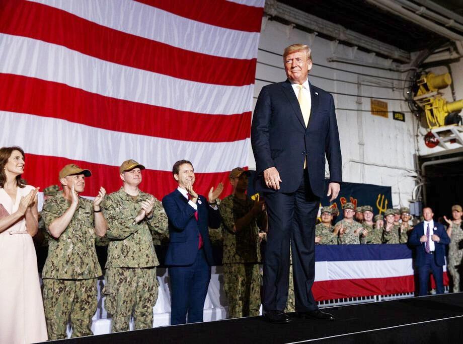 特朗普到横须贺基地探访驻日美军。AP