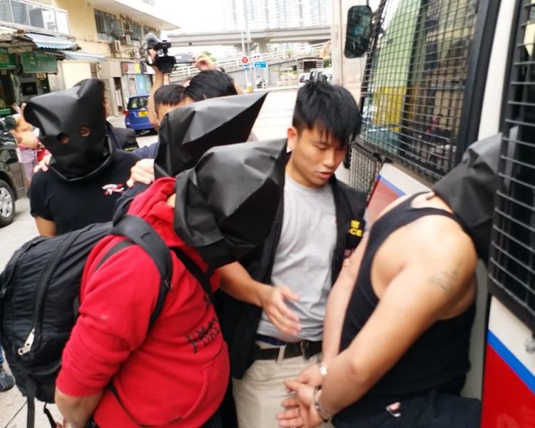 秀茂坪重案組以涉嫌販毒、經營毒窟、藏有仿裝槍械等罪名拘捕10名泰國籍男女。