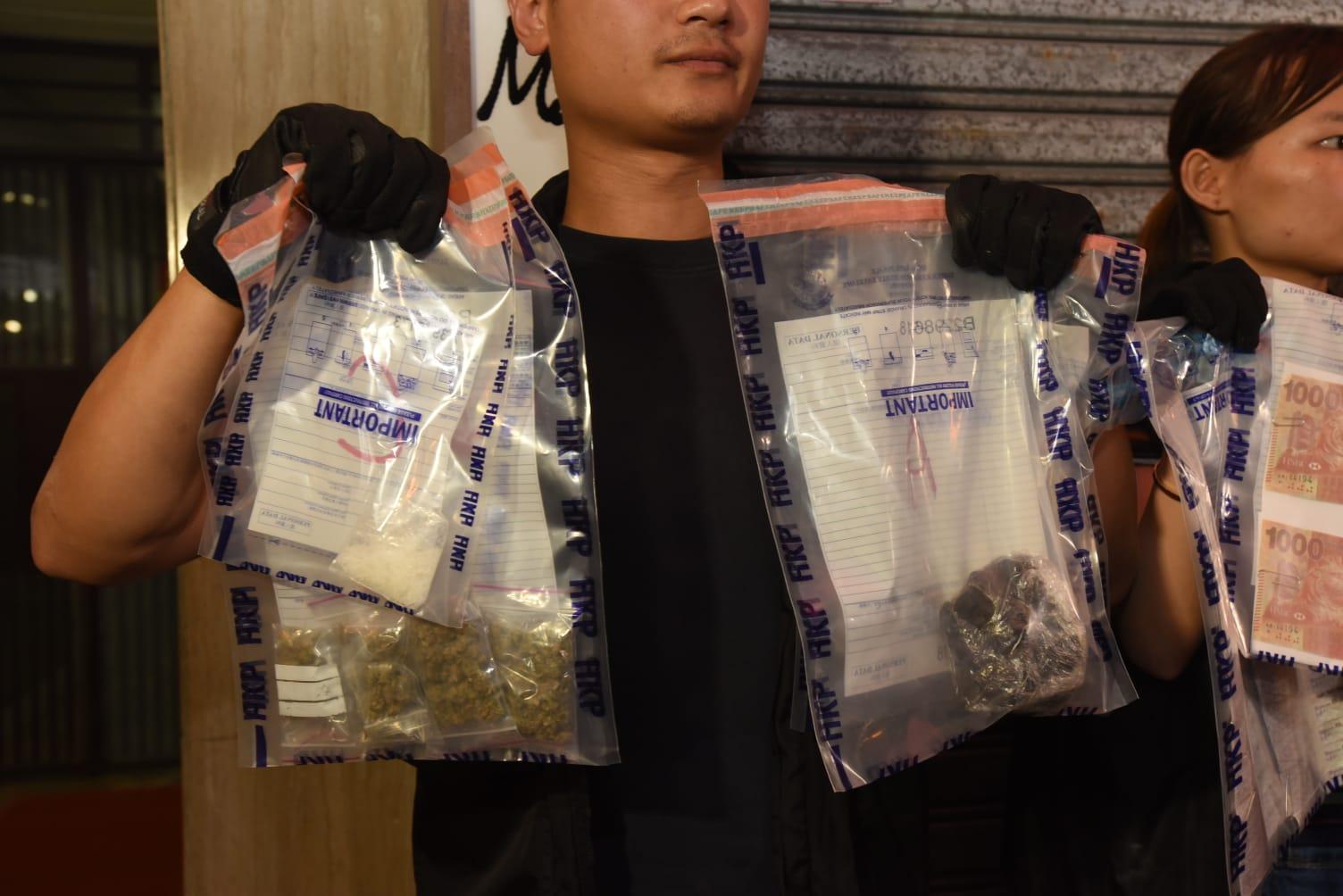 警员在单位内检获约800克怀疑大麻精、约15克怀疑「冰」毒、约23克怀疑大麻花。